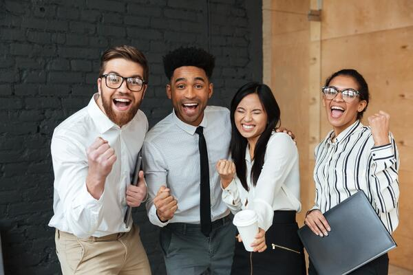 Collegues-heureux-travail-rh