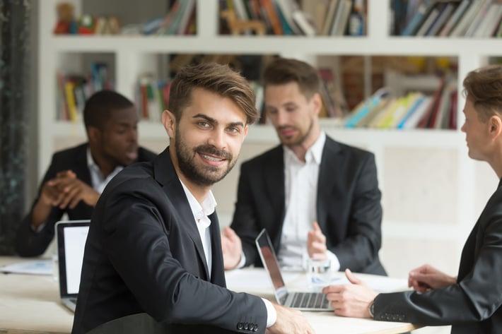 Commercial_souriant_offre_emploi