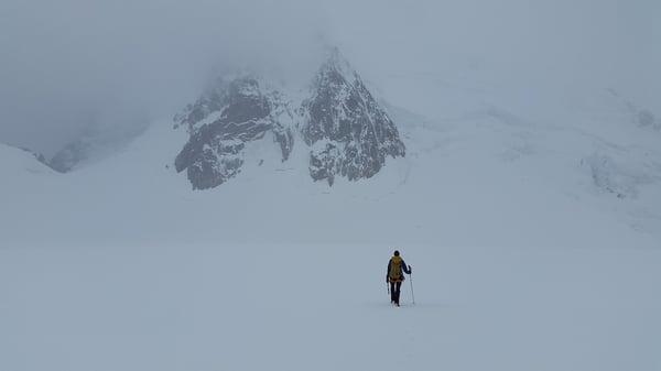 Personne seule sur une montagne enneigée